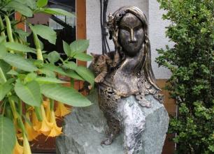 Skulptur die archaische Frau