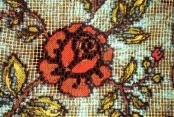 Ausschnitt / Batik auf weisse Spitzen